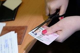 Приставы лишили водительских прав из-за долгов 46 тысяч россиян